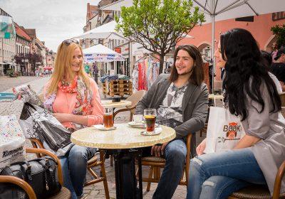Plaudern im Straßencafé